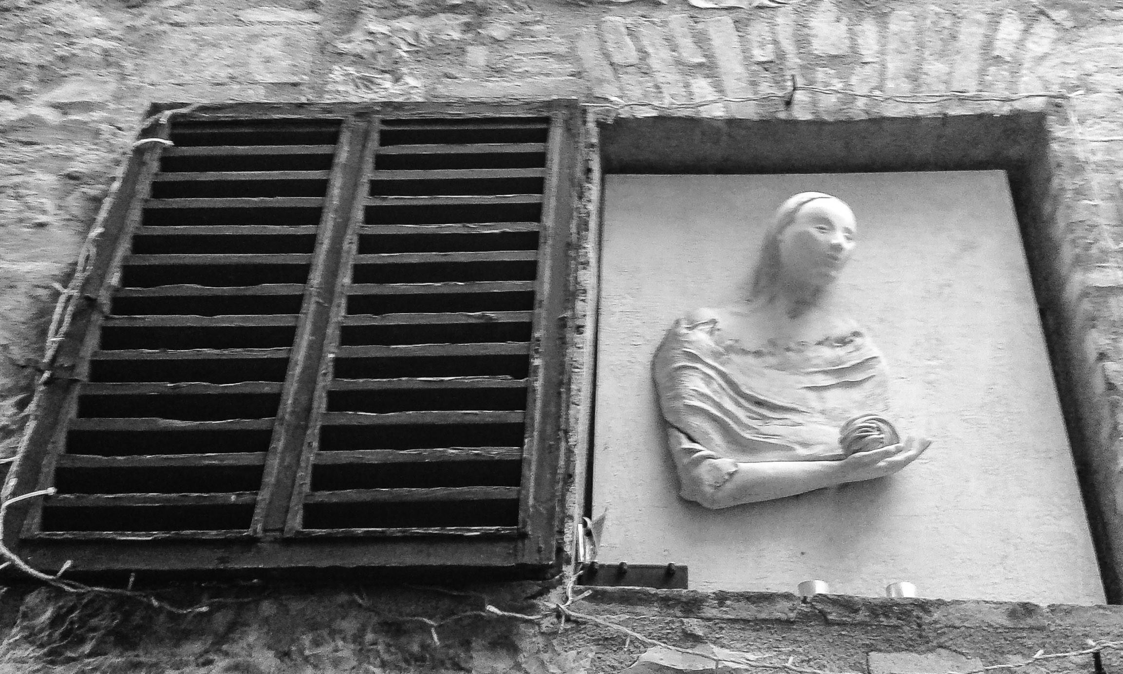 Madonna del filato che si affaccia alla finestra